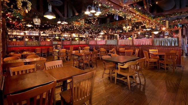 Salão de jantar do Mama Melrose's Ristorante Italiano no Disney's Hollywood Studios