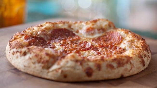 Une pizza au pepperoni en portion individuelle