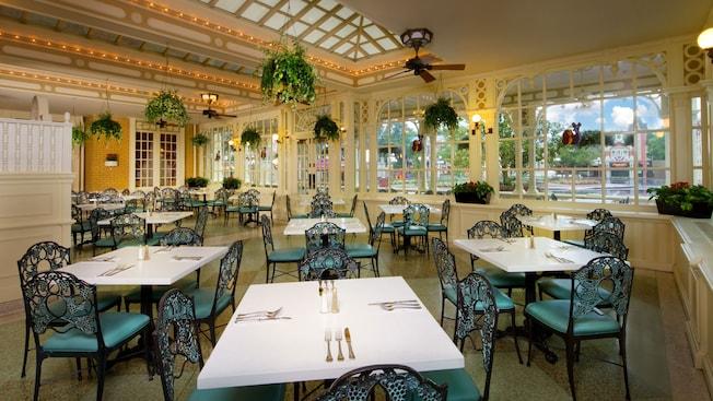 Área de comidas de Atrium con un aspecto amplio y luminoso y una decoración victoriana