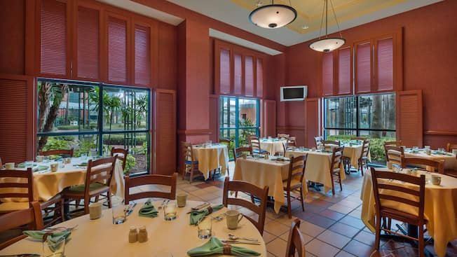 Área de refeições ventilada para café da manhã no Fresh Mediterranean Market do Walt Disney World Dolphin Resort