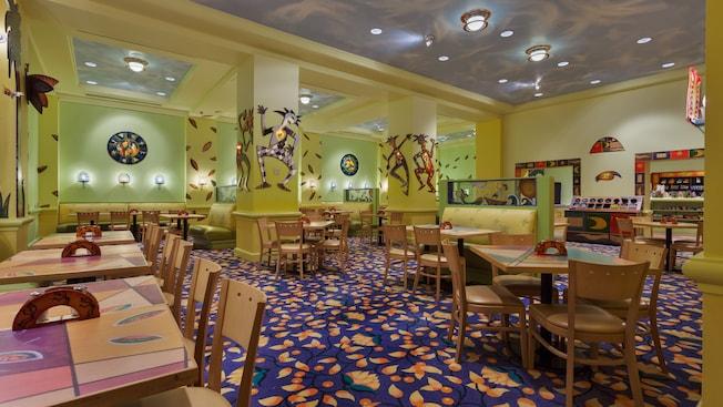 Área de refeições colorida da bufêeria Picabu no Walt Disney World Dolphin Hotel