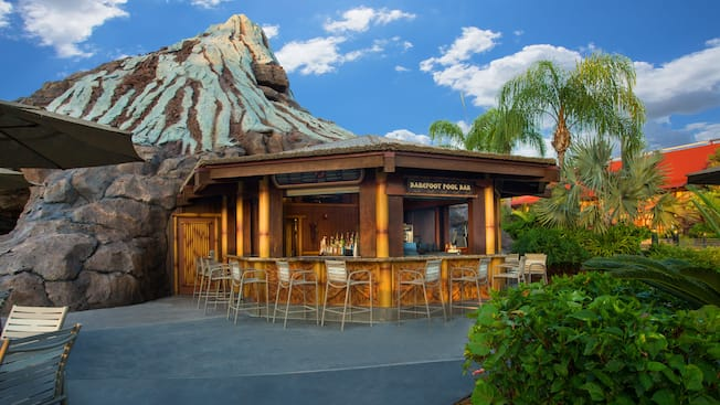 Vue de l'extérieur du Barefoot Pool Bar au Disney's Polynesian Resort, avec le volcan Nanea en arrière-plan