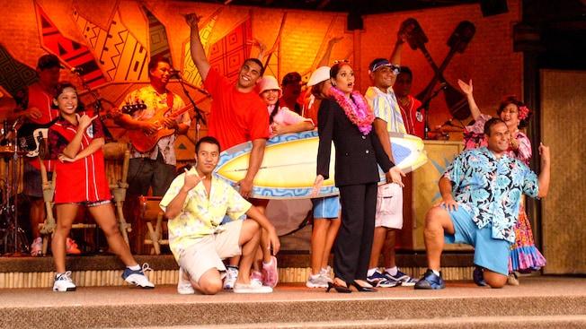 Dançarinos no palco no Disney's Spirit of Aloha Dinner Show