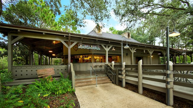 Exterior del bar de piscina de Muddy Rivers en Disney's Port Orleans Resort – Riverside