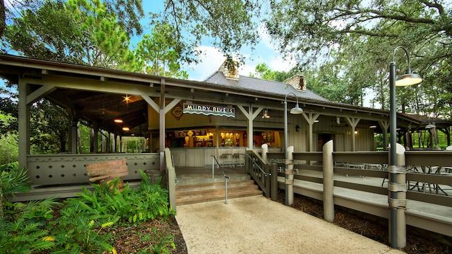 Exterior do bar à beira da piscina Muddy Rivers no Disney's Port Orleans Resort - Riverside.