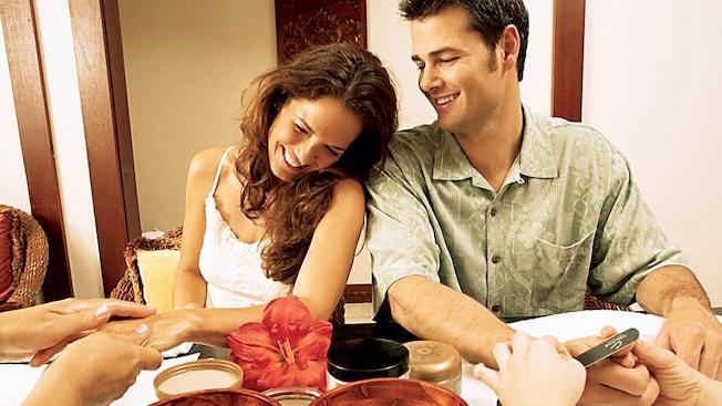 Una pareja disfruta de una manicura de spa juntos