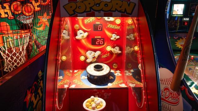 Un videojuego de palomitas de maíz flanqueado por videojuegos de baloncesto y béisbol