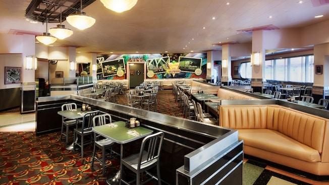テーブル、椅子、ブースのあるハリウッド&バインのレストラン内部