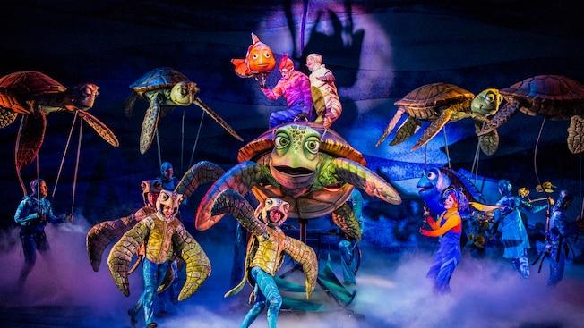 ファインディング・ニモ:ザ・ミュージカルの舞台上のキャラクターたちの演技
