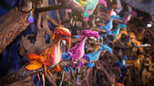 枝に止まるアニマトロニックの鳥