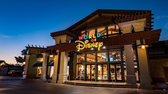 ワールド・オブ・ディズニー入口看板の上のスティッチの像