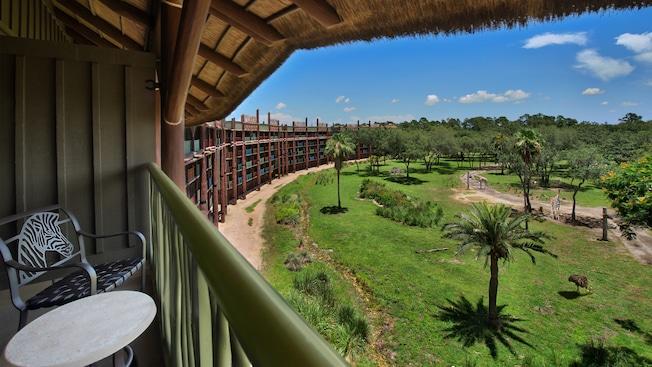 Um cenário de savana com girafas a partir da sacada com telhado relvado do Disney's Animal Kingdom Lodge