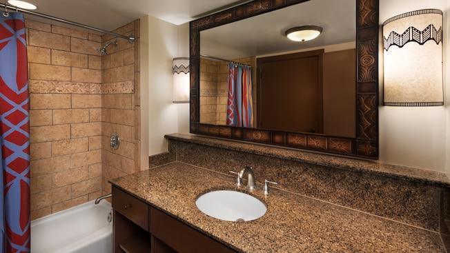 Um banheiro com decoração com tema africano e chuveiro com banheira