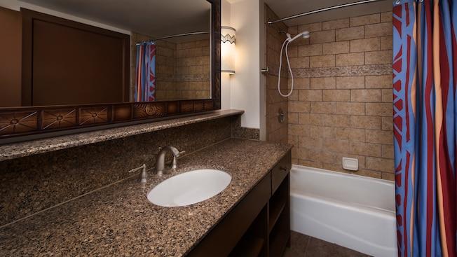 Um banheiro com decoração com tema africano, incluindo chuveiro com banheira
