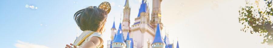 Una niña salta mientras está rodeada de burbujas cerca de Cinderella Castle en el Parque Temático Magic Kingdom