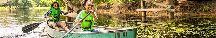 Una mujer y su hija remando en una canoa en el agua