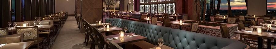 Asientos reservados extensos en un comedor de restaurante