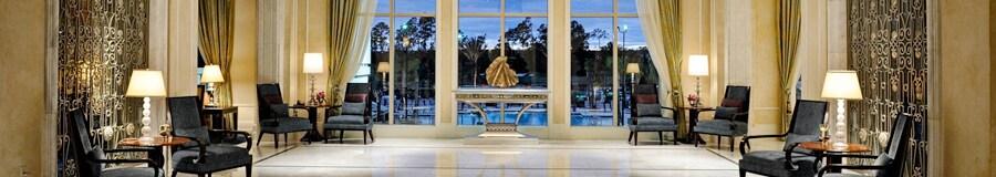 Un espacioso entrepiso con sillas a lo largo de las paredes y una vista de la piscina de un hotel