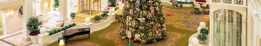 Un énorme arbre de Noël dans le hall du Disney's Grand Floridian Resort & Spa