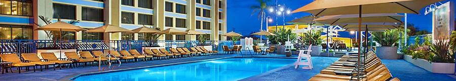 Una serena piscina en la azotea, rodeada de camastros, en Disney's Paradise Pier Hotel