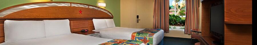 2 camas de casal que compartilham uma cabeceira de madeira