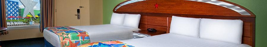 2 camas dobles junto a una puerta de entrada y una ventana