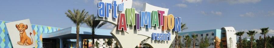 Letrero colorido a la entrada de Disney's Art of Animation Resort y junto a él una pintura gigante del joven Simba