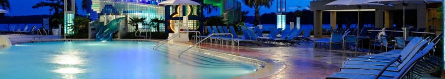 Bay Cove Pool, la piscina con entrada tipo playa posee un tobogán de 148 pies