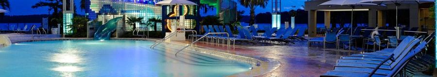 La piscine BayCove, avec son point d'entrée en pente douce et sa glissade d'eau de 148pieds de long