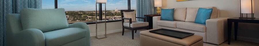 Uma namoradeira, uma cadeira, um pufe, um sofá, quadro e luminária perto de cortina decorativa e uma janela