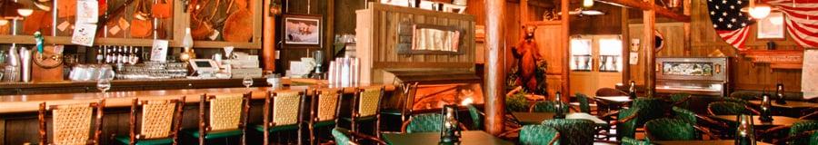 Crockett's Tavern com um bar de serviço completo e área de refeições