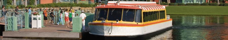 Huéspedes subiendo a un Ferryboat anclado en un muelle de Walt Disney World Dolphin Hotel