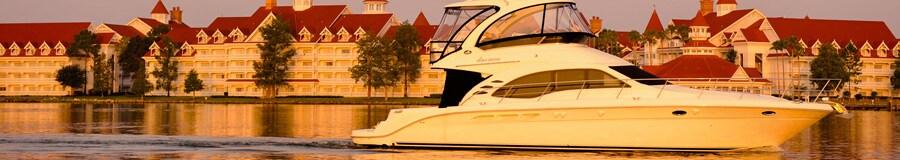 Uma lancha luxuosa na Seven Seas Lagoon