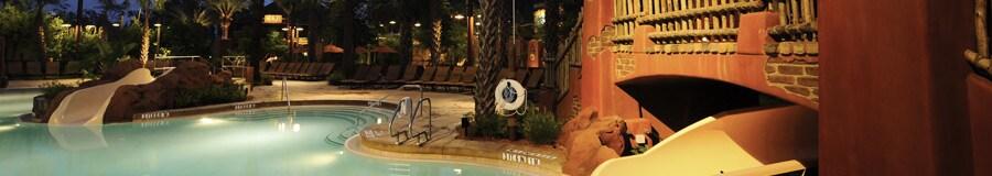Uzima, uma piscina com ponto de entrada de profundidade zero, com um tobogã de 20 metros