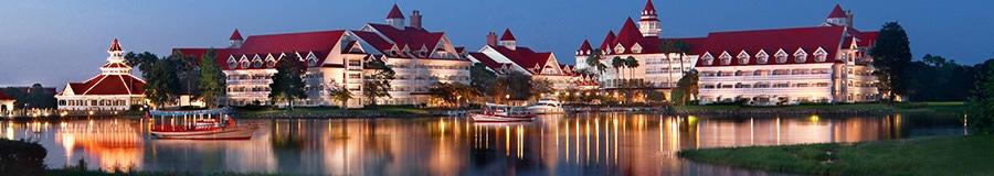 Uma vista do Disney's Grand Floridian Resort & Spa em frente à Seven Seas Lagoon ao anoitecer