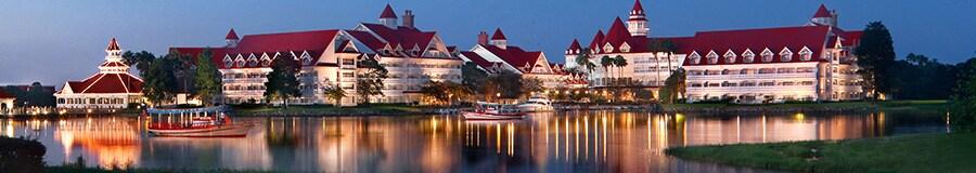 Vista de Disney's Grand Floridian Resort & Spa frente a Seven Seas Lagoon al atardecer