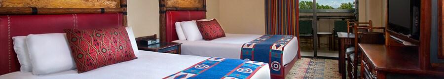 2 camas Queen Size con cabeceras de madera junto a un patio