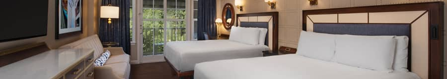Um quarto com 2 camas, gaveteiros, um sofá, uma TV, um quadro, luminárias, um espelho, cortinas e acesso à sacada
