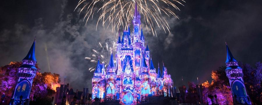 Un espectáculo de fuegos artificiales sobre Cinderella Castle