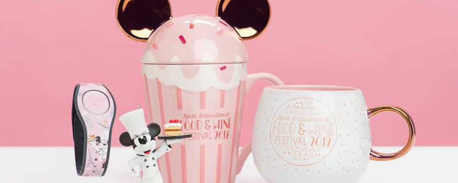 Una estatuilla de la chef Minnie Mouse y 2 tazas con el texto Epcot International Food & Wine Festival 2019