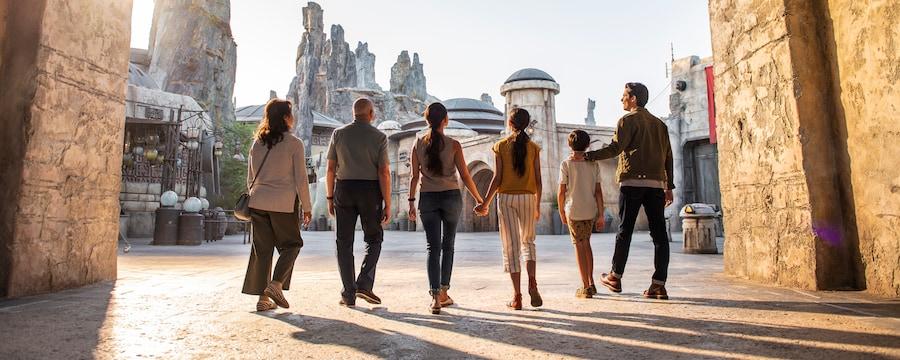 Une famille traversant une entrée menant à Star Wars Galaxy's Edge