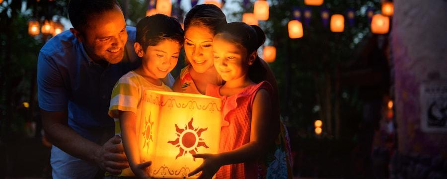 Una familia reunida alrededor de una luminaria brillante