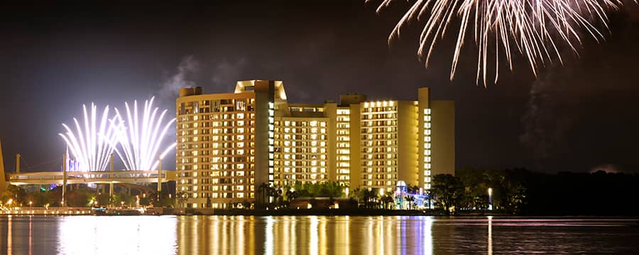 Fogos de artifício sobre o edifício de vários andares Bay Lake Tower no Disney's Contemporary Resort