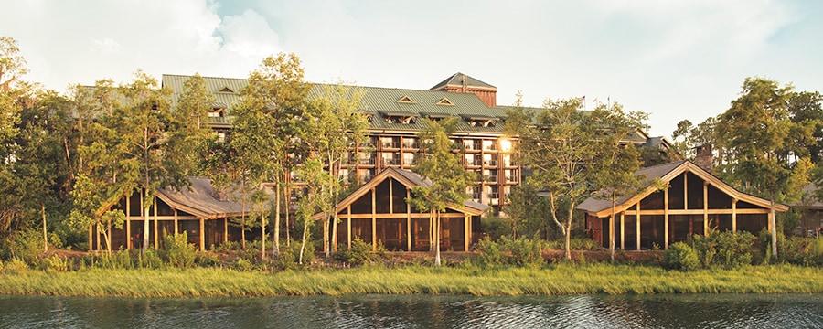 Pinos rodeando 3cabañas frente al lago en Cooper Creek Villas & Cabins en Disney's Wilderness Lodge