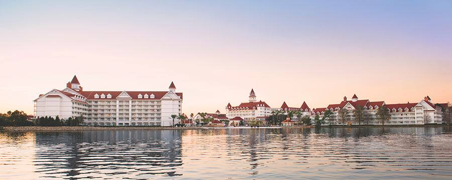 O Disney's Grand Floridian Resort & Spa visto da Seven Seas Lagoon