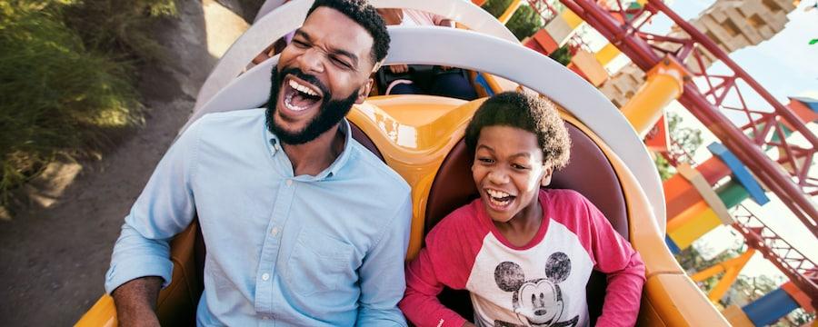 Um homem e um menino na atração Slinky Dog Dash