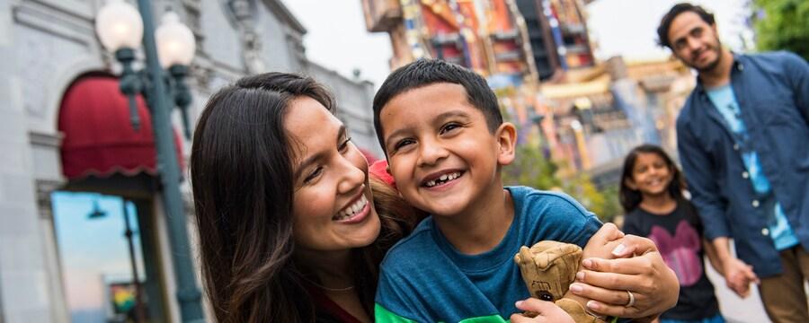 2 padres y sus hijos se divierten en Disney's California Adventure Park