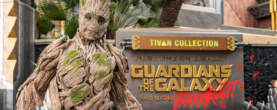 Groot de pie frente al letrero de Guardians of the Galaxy - Mission: Breakout