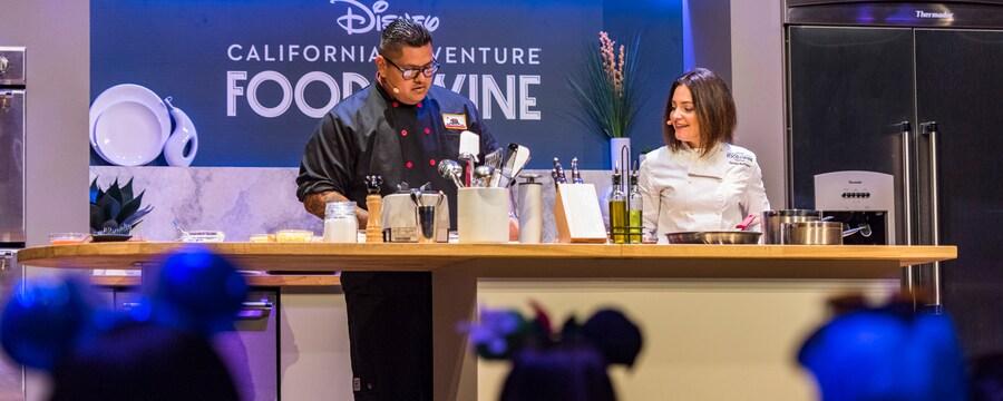 Un chef demuestra su técnica en un escenario en el Food & Wine Festival de Disney California Adventure