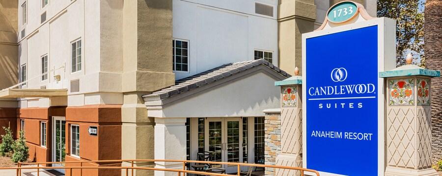 El exterior del hotel dispone de una rampa de acceso para sillas de ruedas, asientos al aire libre, puertas de cristal y un letrero que dice 1733, Candlewood Suites, Anaheim Resort